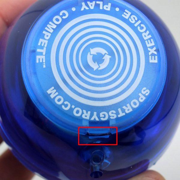 赤枠部分に細いものを入れてこじ開ける事もで可能ですが、傷がついてしまう可能性があります。